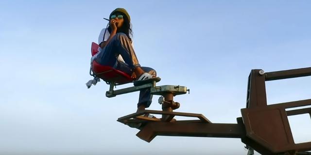 M.I.A. sitzt auf einem Kamerakran während eines Videodrehs