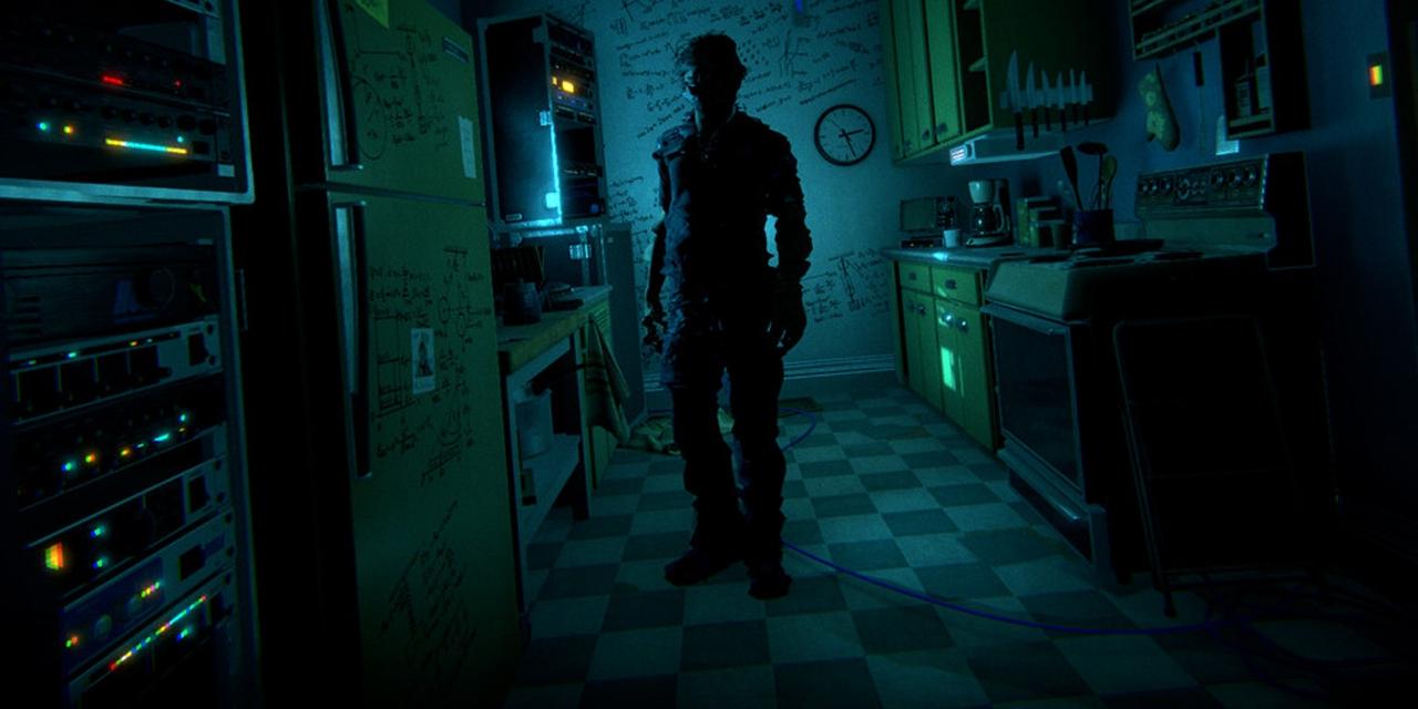 Screenshot: finstere Küche, ein Mann darin