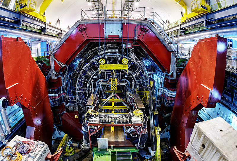 """Alice""-Detektor mit geöffneten Magnettüren (rot)"