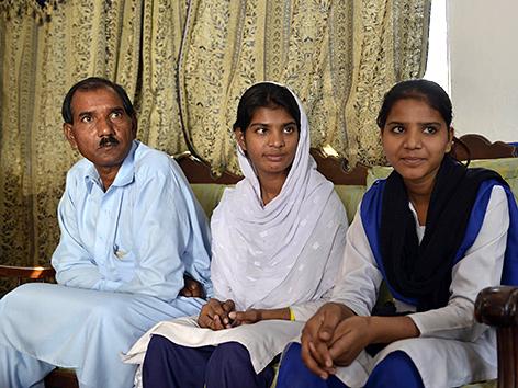 Asia Bibis Ehemann Ashiq Masih und ihre Töchter Esham and Esha