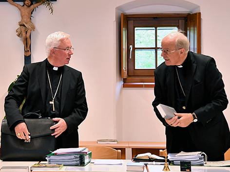 Erzbischof von Salzburg, Franz Lackner und Kardinal Christoph Schönborn bei der Herbstvollversammlung der Bischofskonferenz in Michaelbeuern