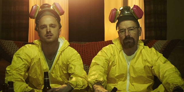 Walter White und Jesse Pinkman in gelben Laboranzügen