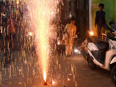 Kinder zünden Feuerwerk zu Diwali an, Neu-Delhi