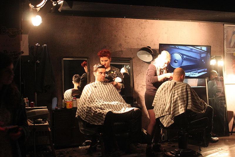 Friseurinnen mit Kunden
