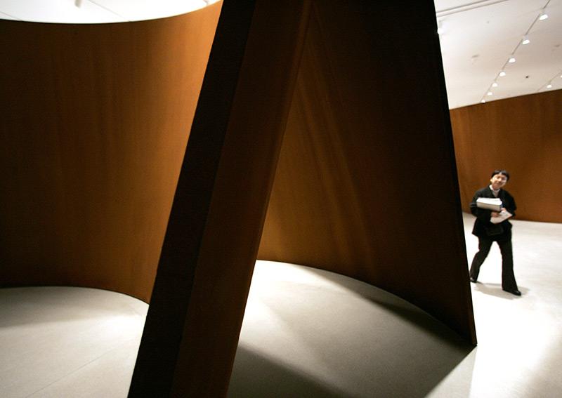 Mann besichtigt eine Skulptur im Museum