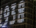 Links: Uniqa-Tower mit Lichtinstallation, rechts ARchivbild der ermordeten Jüdin Minna Pichler