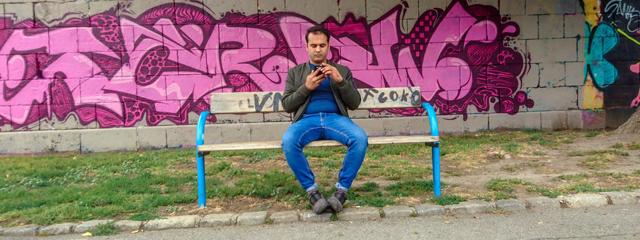 Am Donaukanal im zweiten Wienerbezirk schaut sich Noorullah Qureshi auf seinem Smartphon die Wohnungsinserate an und führt Telefonate mit Wohnungsvermietern.