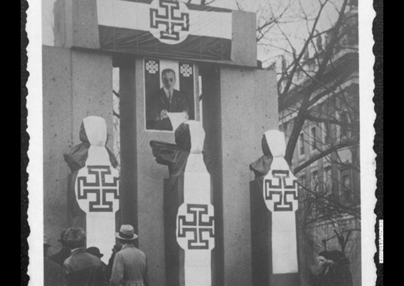 Verhülltes Republikdenkmal