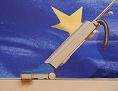 Reinigungskraft saugt den Fußboden einer Messehalle vor einer großen EU-Flagge