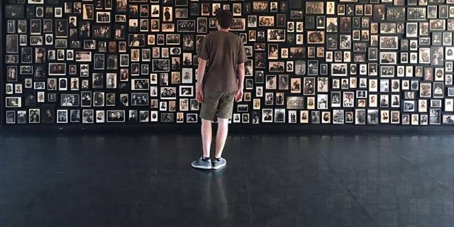 Ein Gedenkdiener vor einer Gedenktafel