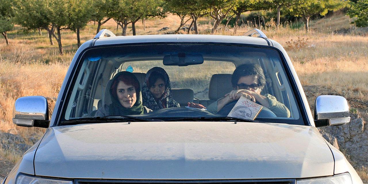 Drei Personen in einem Auto