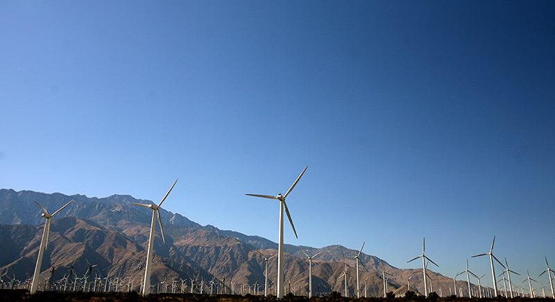 Windräder vor einer Bergkette
