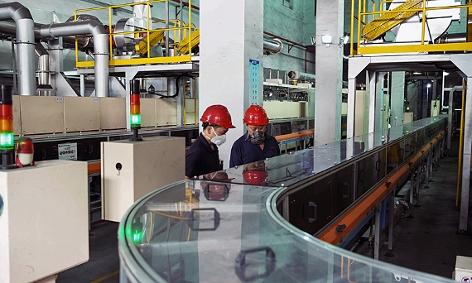 Arbeiter in einer Fabrik für Lithiumbatterien in Haimen/China