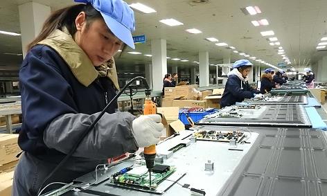 Beschäftigte in einer Fabrik für TV-Geräte in Lianyungang/China