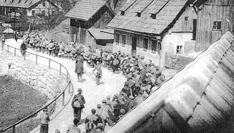 Ungarische Juden während des Todesmarsches in Hieflau am 8. oder 9. April 1945. Das Foto wurde im Geheimen von einer Dachluke aus aufgenommen.