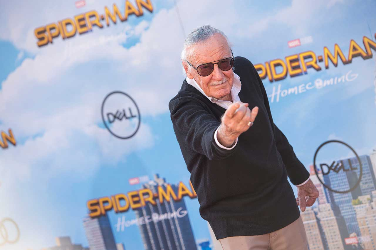 Stan Lee posiert mit Spider Man Geste