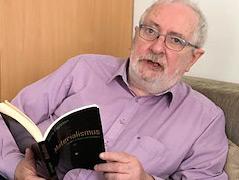 """Terry Eagleton mit seinem Buch """"Materialismus"""""""