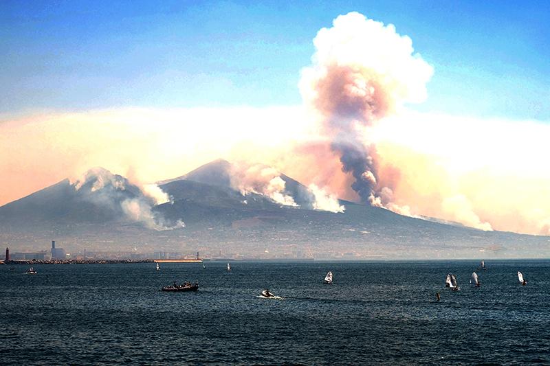 Vulkan: Aus dem Vesuv steigt Rauch auf
