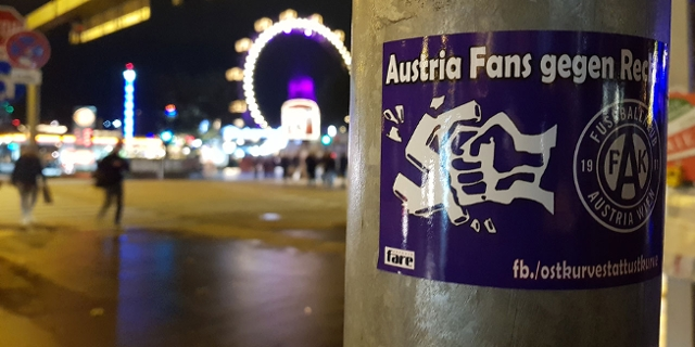 """Sticker am Praterstern von """"Austria Fans gegen Rechts"""": Faust zerschlägt Hakenkreuz."""