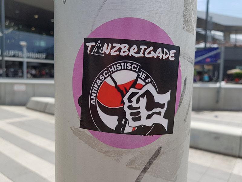 """Sticker am Praterstern von """"Tanzbrigade"""": Faust zerschlägt Logo der """"Antifa"""""""