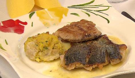 Karpfenfilet gebraten mit Gewürzbutter und knuspriger Grammel-Polenta
