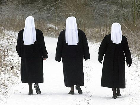 Drei Ordensschwestern im Schnee