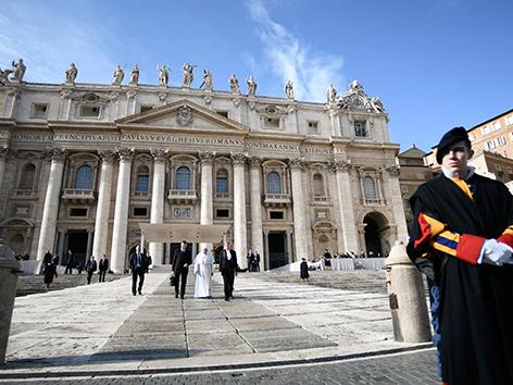 Bischofstreffen zu Missbrauch: Papst ernannte Team