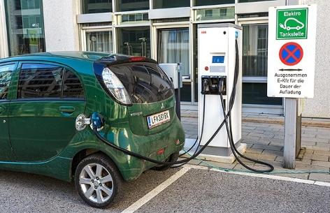 E-Auto an einer E-Tankstelle