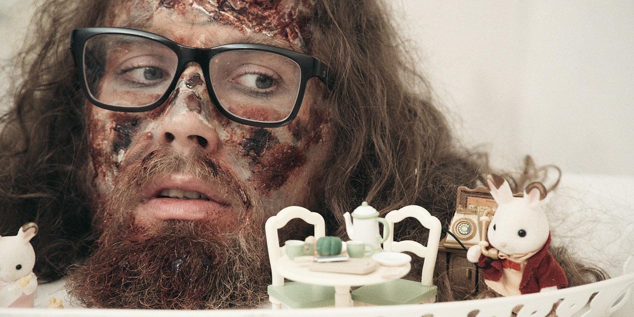 Sir Tralala mit blutverschmiertem Gesicht und Spielzeughäschen