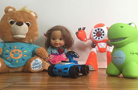 Ein smarter Teddybär, eine smarte Puppe, ein smarter Roboter und ein smartes Dinosaurer-Spielzeug