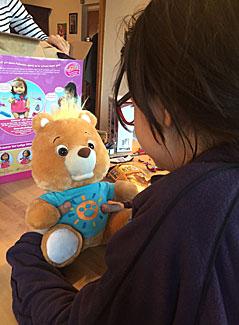 Ein Mädchen hält einen smarten Teddybär in der Hand