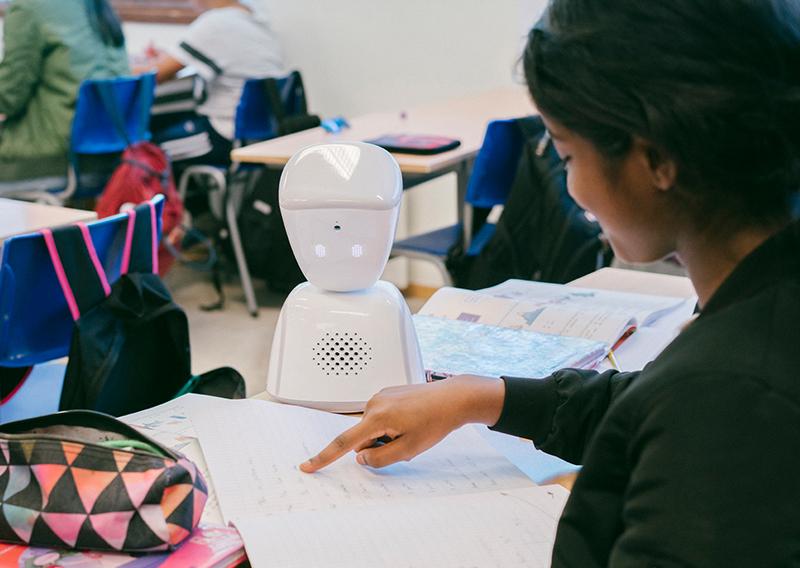 Der Roboter AV1 in einem Klassenzimmer