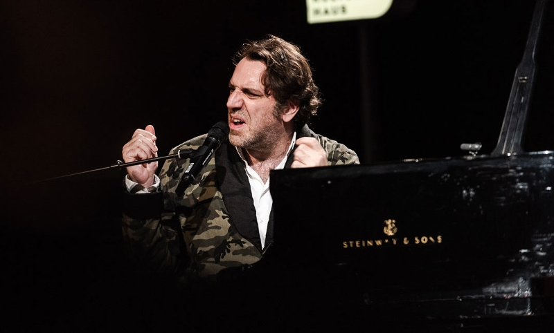 Chilly Gonzales bei einer FM4 Radio Session