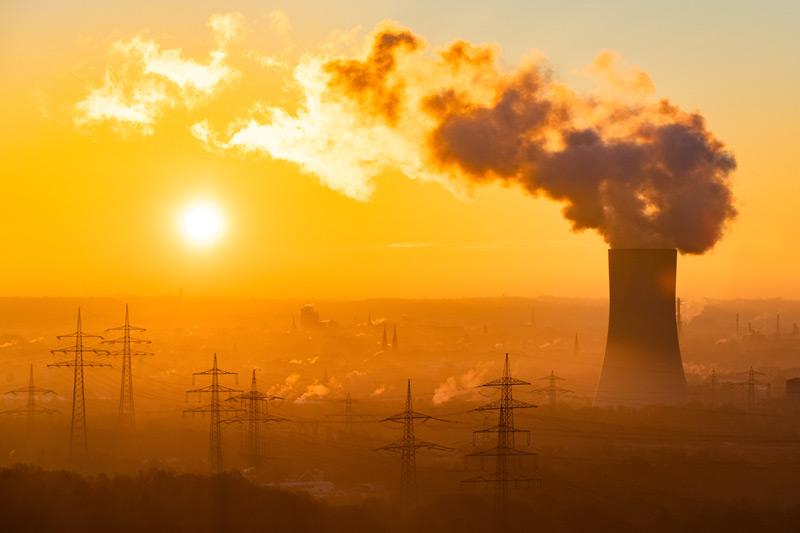 Kühltürme eines Kraftwerks bei Sonnenaufgang