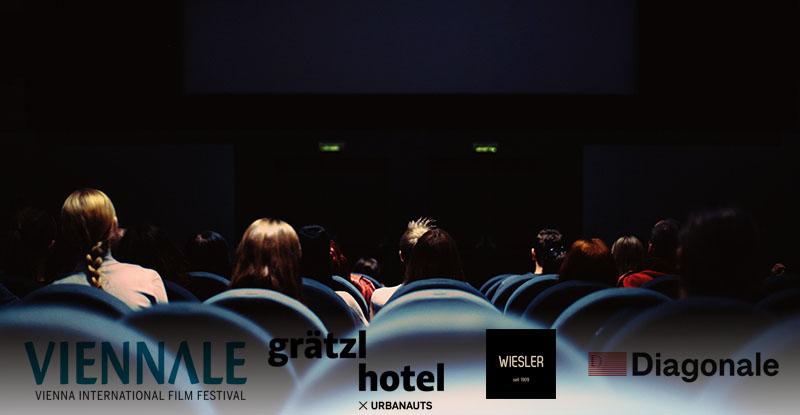 Menschen sitzen im Kino