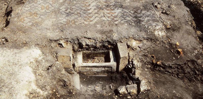 Bei Ausgrabungen im Jahr 1991 wurde in den Überresten der Kirche eine Reliquiengrube mit den Gebeinen der Heiligen entdeckt