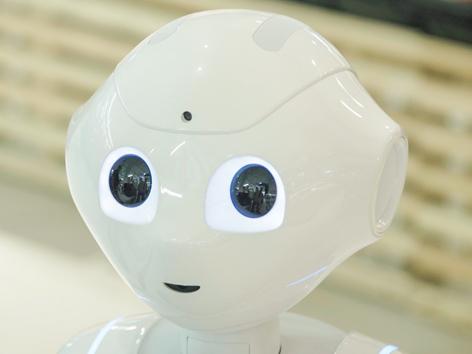 """Roboter """"Pepper"""" unterhält sich mit Kunden in einem Supermarkt"""