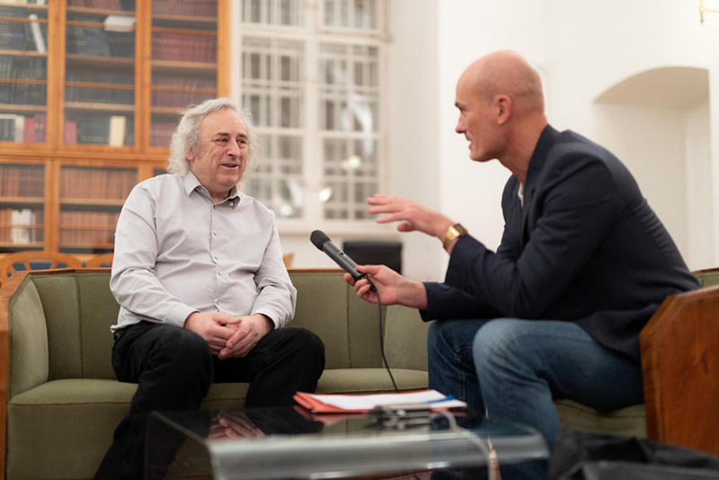 Der britische Physiker Malcolm J. Perry beim Interview an der Akademie der Wissenschaften