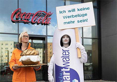 Versuchte Preisübergabe vor der Coca Cola Zentrale