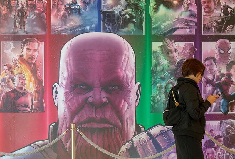 """Ausstellungsplakat mit Thanos und anderen Mitgliedern des """"Marvel-Universums"""""""
