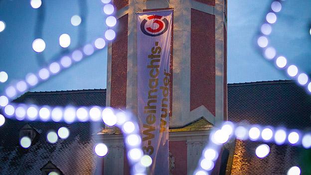 Ö3-Weihnachtswunder-Flagge am Rathaus St. Pölten