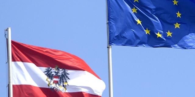 Flaggen: EU und Österreich