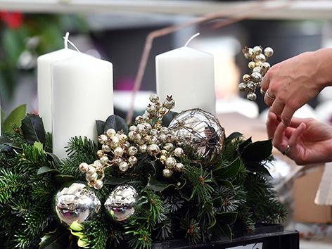 Ein Adventkranz mit weißen Kerzen