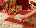 Ein Buch wird als Weihnachtsgeschenk verpackt