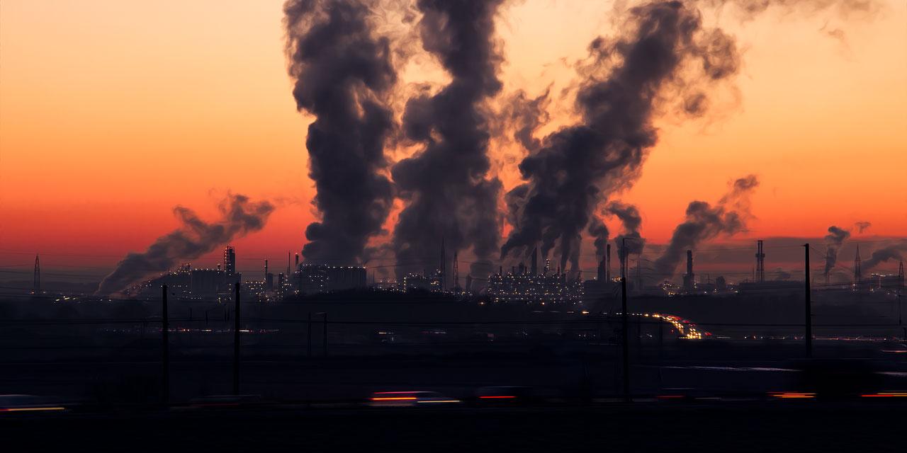 Industriepark mit rauchenden Schloten