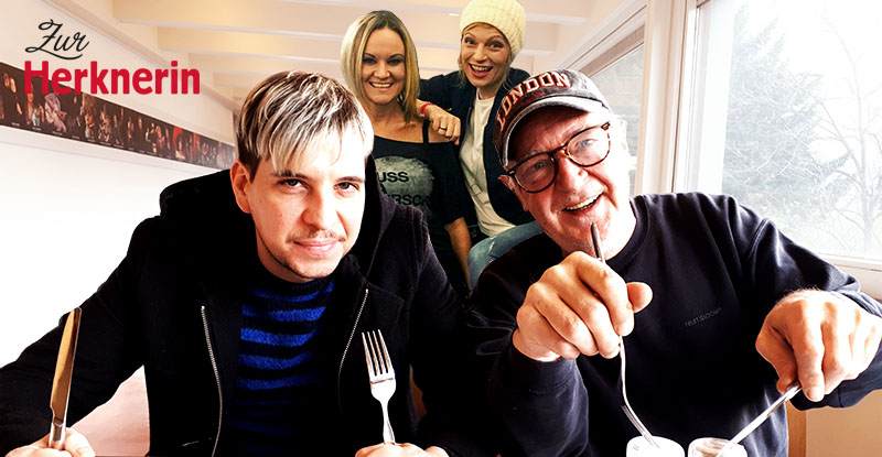 Stuart Freeman und Christof Sepin essen Knödel