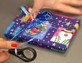 Eine Frau verpackt ein Weihnachtsgeschenk