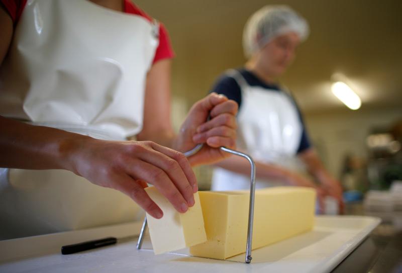 Butter wird geschnitten, in einem französischen Betrieb in Nantes