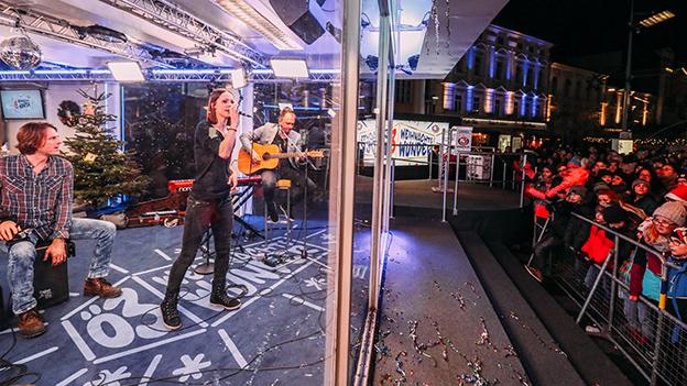 Christina Stürmer im gläsernen Ö3-Studio