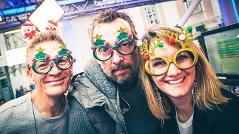 Gabi, Andi und Robert mit crazy Christmasbrillen
